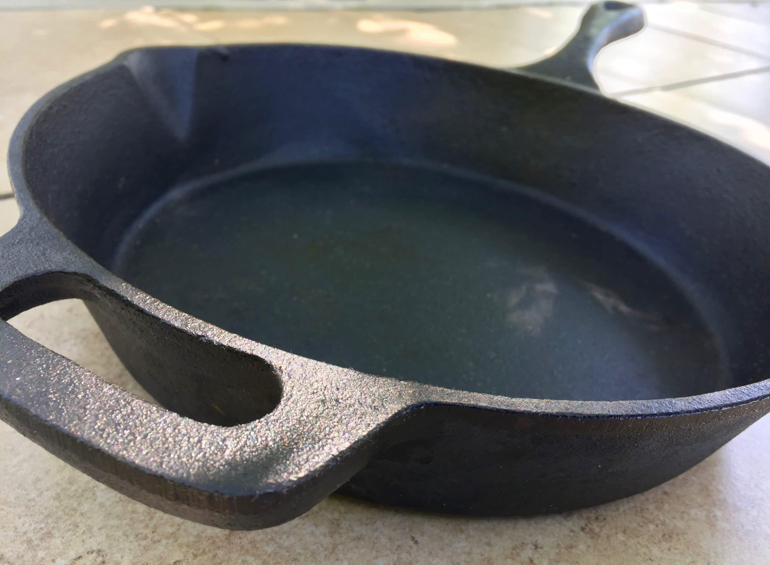 Seasoning cast iron skillet